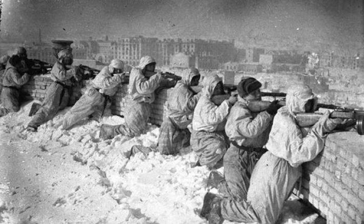 15. Советские автоматчики на одной из крыш Сталинграда, зима 1943 года
