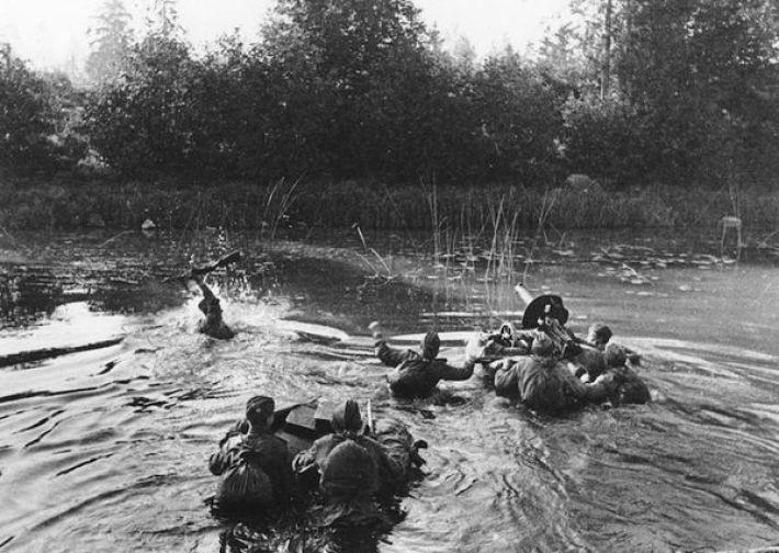 13. Советские солдаты форсируют реку вдоль линии фронта, январь 1945-го