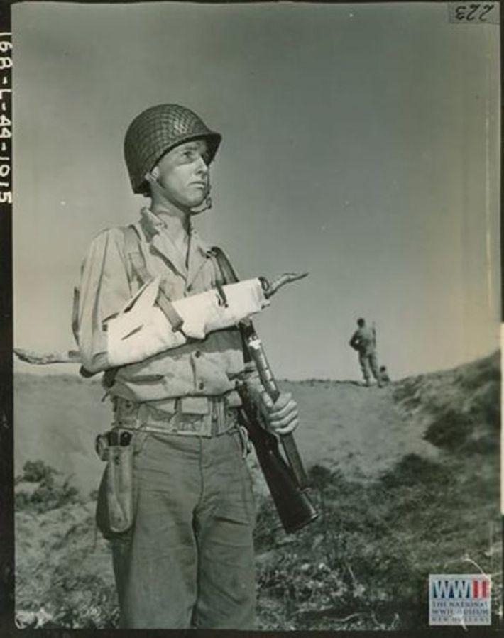 14. Капрал армии США демонстрирует принцип наложения шины. Калифорния, 27 марта 1944