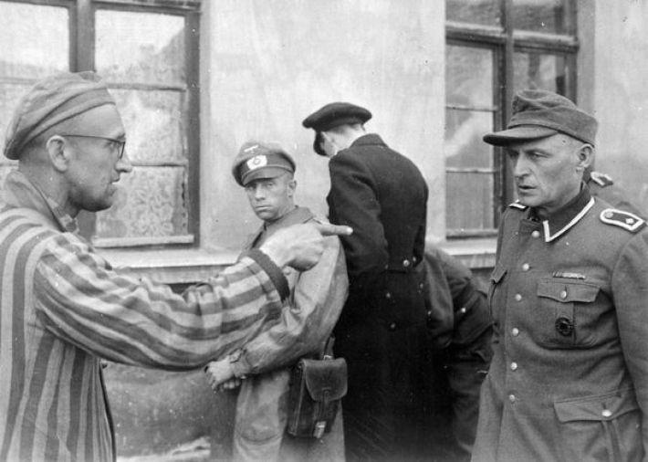 19. Бывший военнопленный указывает на охранника-садиста в Бухенвальде, апрель 1945-го
