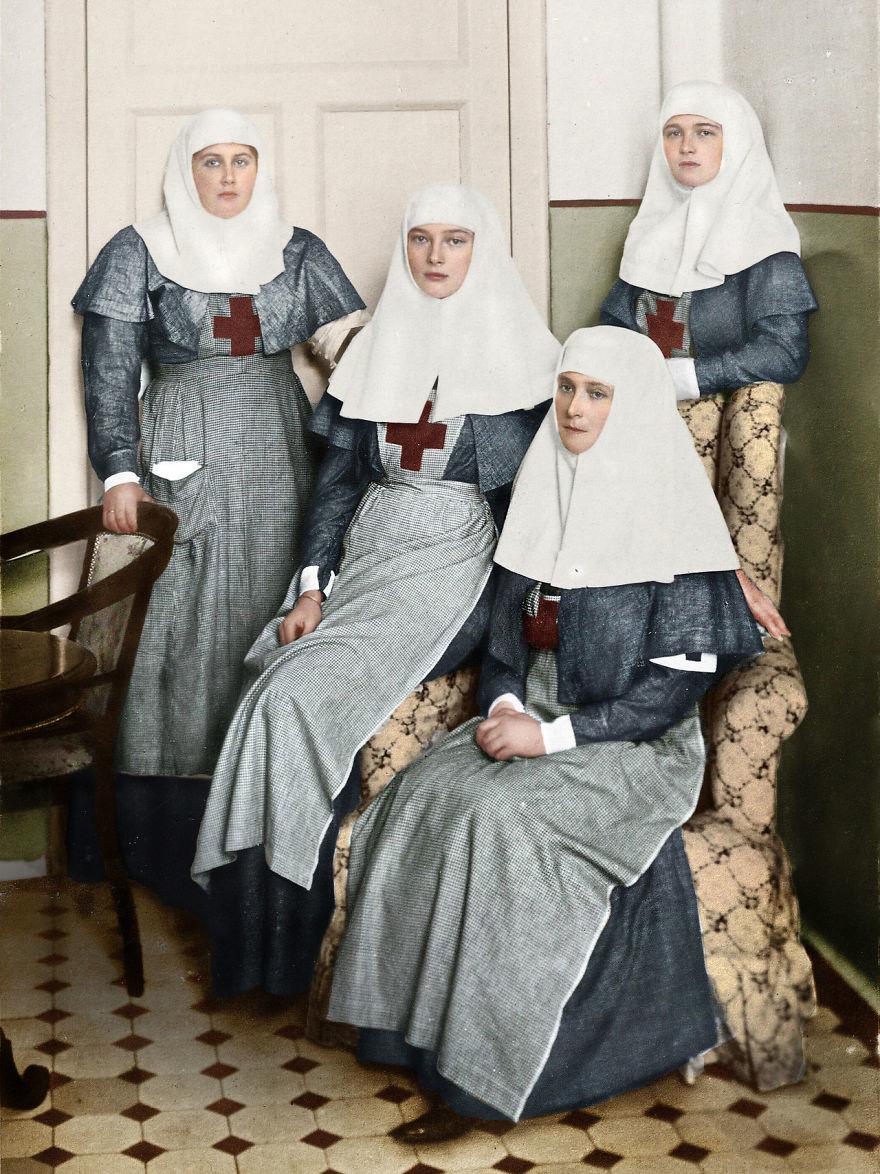 Сестры Романовы с царицей Александрой работают в военном госпитале во время Первой мировой войны. история., колоризированные снимки, люди, россия, фото