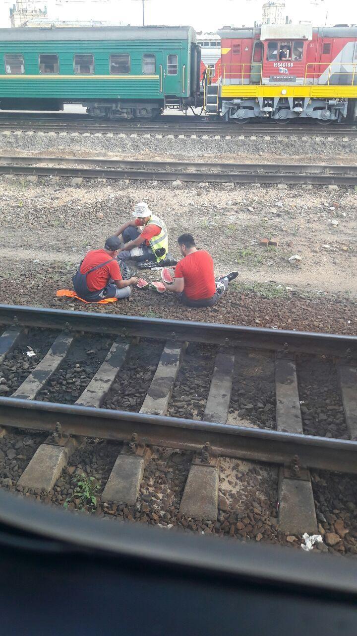 Расслабляются не только пассажиры, но и сотрудники РЖД. Попутчица, девушки, купе, плацкарт, поезд, прикол, ржд, юмор