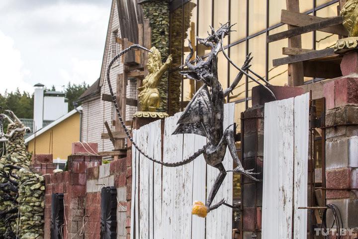 """Под Минском бизнесмен построил дом, которого боятся соседи: """"Внучку мимо не вожу"""" дом, жуть, соседи, стройка, фантазия, череп, черти"""