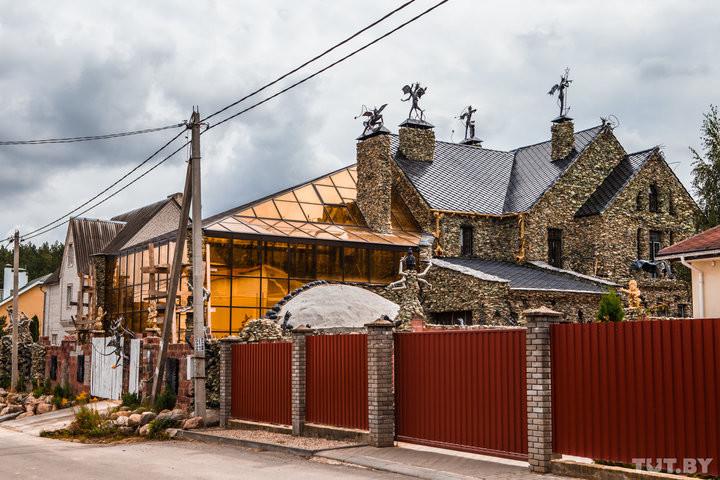 Под Минском бизнесмен построил дом, которого боятся соседи: