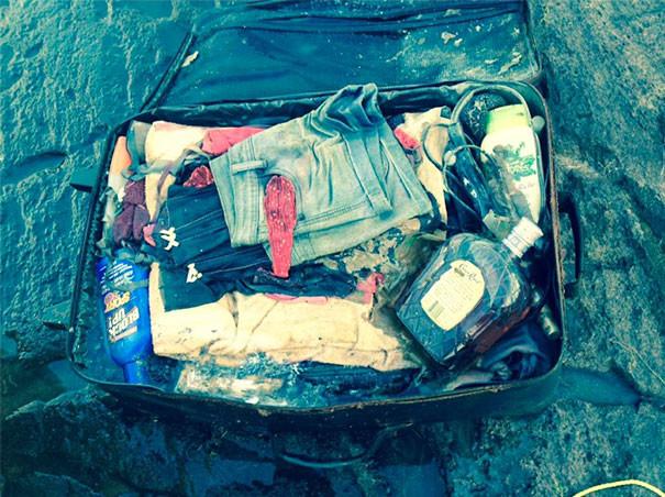 """""""Моя бывшая потеряла свой чемодан 6 лет назад. Сегодня обнаружили его плывущим по реке. Бонус - там виски"""" возвращение, находки, неожиданно, потеря, потерянные вещи, потеряшки, сюрприз, фото"""