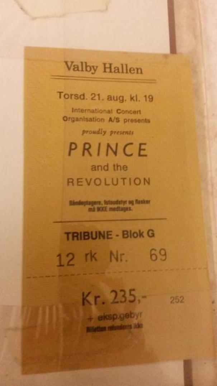 Этот билет на концерт был куплен в 1986. Парень потерял его и долго не мог найти, в итоге не попал на концерт. 29 лет спустя (!) он находит билет в книге! возвращение, находки, неожиданно, потеря, потерянные вещи, потеряшки, сюрприз, фото