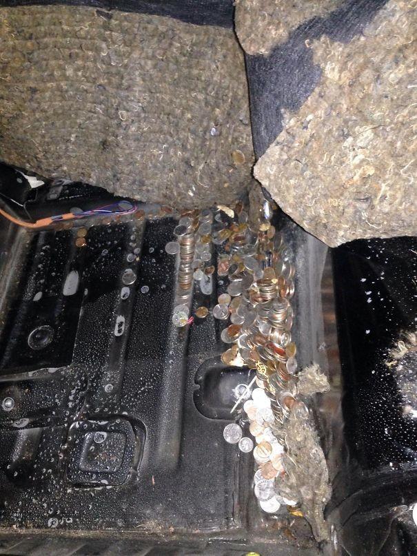 """Решили обновить машину. Под сиденьем нашли 14-летний """"клад"""". возвращение, находки, неожиданно, потеря, потерянные вещи, потеряшки, сюрприз, фото"""