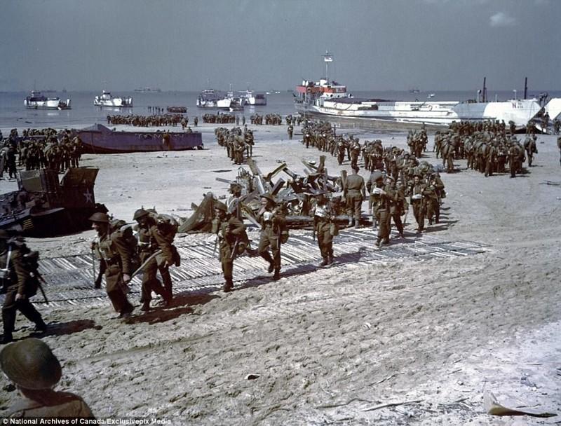 Канадские пехотинцы сходят на берег архивные фотографии, военные фото, вторая мировая война, вторая мировая. фото, нормандия, франция
