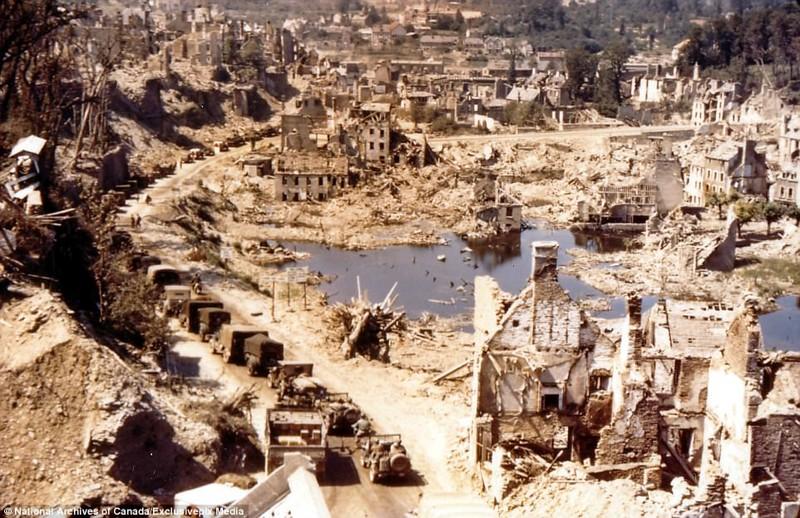 Озеро в Сен-Ло, заваленное разрушенными зданиями архивные фотографии, военные фото, вторая мировая война, вторая мировая. фото, нормандия, франция