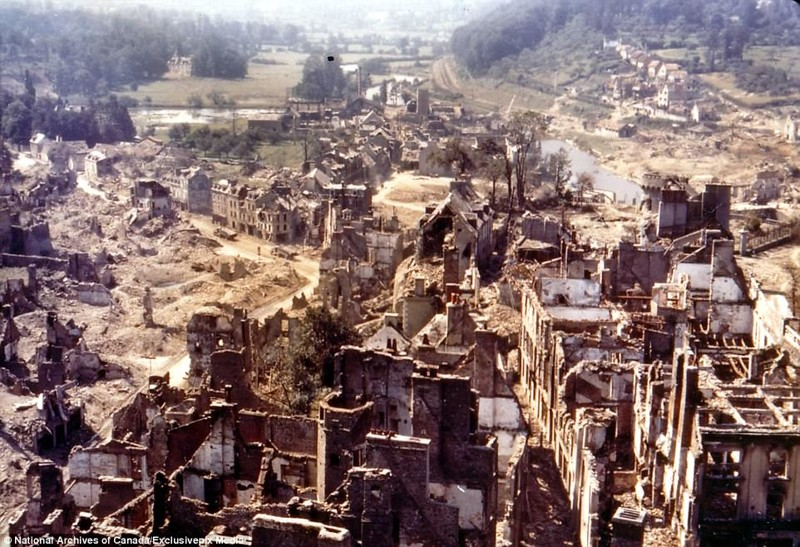 """Город Сен-Ло после американской бомбежки в ходе операции """"Оверлорд"""". Разрушения составили до 95 процентов архивные фотографии, военные фото, вторая мировая война, вторая мировая. фото, нормандия, франция"""