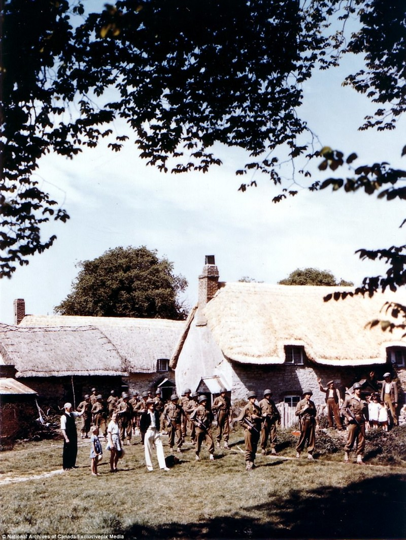 После боя в Нормандии рядом с местными жителями архивные фотографии, военные фото, вторая мировая война, вторая мировая. фото, нормандия, франция