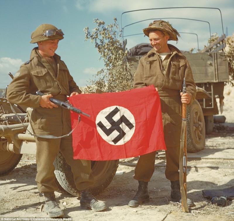 Смеются над захваченным фашистским флагом архивные фотографии, военные фото, вторая мировая война, вторая мировая. фото, нормандия, франция