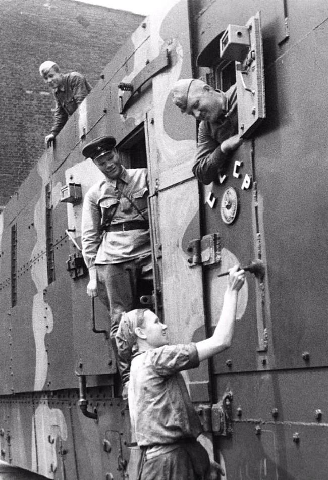Окраска готового бронепоезда на одном из оборонных советских заводов. СССР, война, история