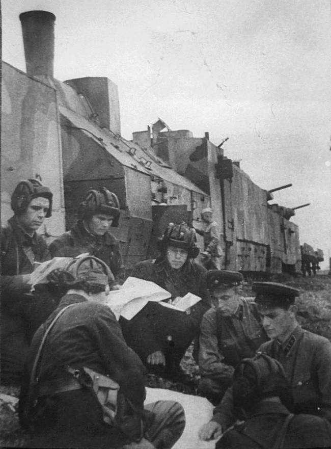 Постановка боевой задачи советским офицерам рядом с бронепоездом №301 (с августа 1941 года — №7) «Балтиец». СССР, война, история