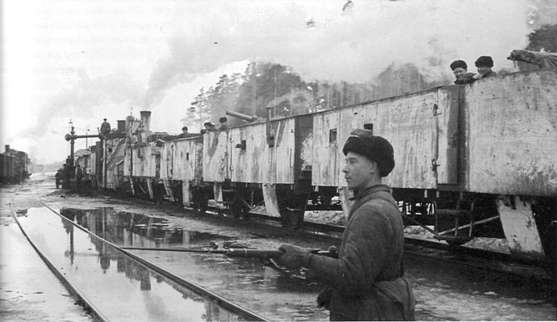 Советский боец у бронепоезда №8 на станции Лебяжье. СССР, война, история