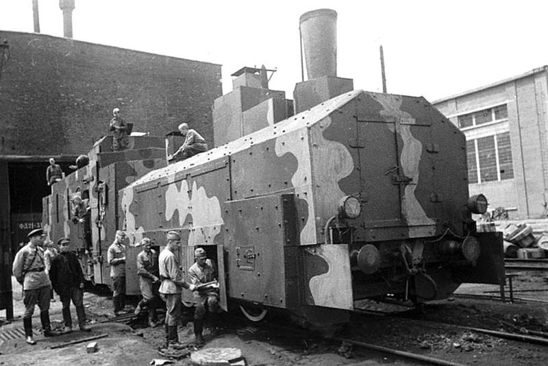 Готовый бронепоезд выходит из цеха одного из заводов СССР, война, история