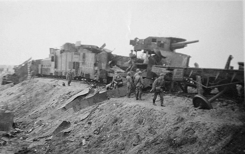Немецкие солдаты осматривают советский бронепоезд, разбитый на Украине. СССР, война, история