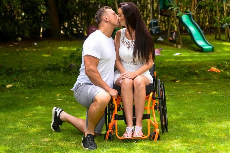 Парализованная мать-одиночка нашла свою любовь Любовь, Счастливый конец, болезнь, инсульт, несчастная женщина, паралич, тренировки, удивительная пара