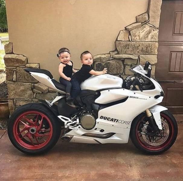 Малыши на мотоцикле день, животные, кадр, люди, мир, снимок, фото, фотоподборка
