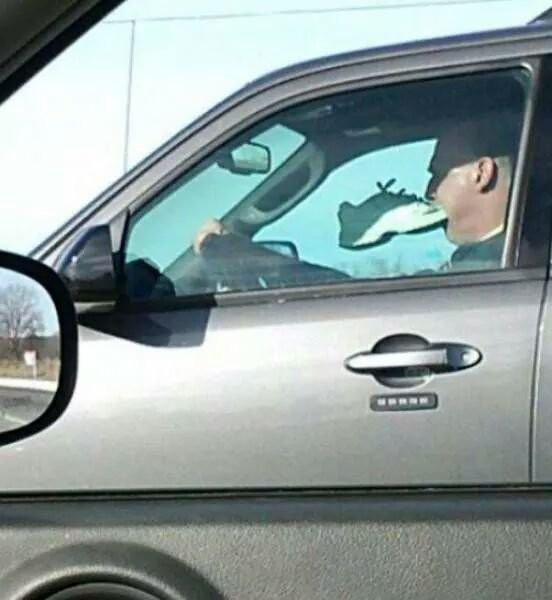 18. И просто водитель с кроссовкой во рту интересное, интернет, люди, мир, снимок, фото, явление