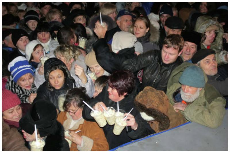 Драка за оливье в Севастополе бесчеловечность, битва, бойня, драки, еда, звери, раздача, халява