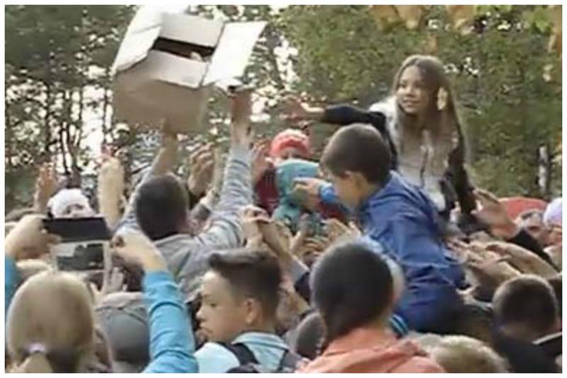 И снова Нижнекамск - раздача мороженого. Детишки с детства знаю, как сладка халява бесчеловечность, битва, бойня, драки, еда, звери, раздача, халява