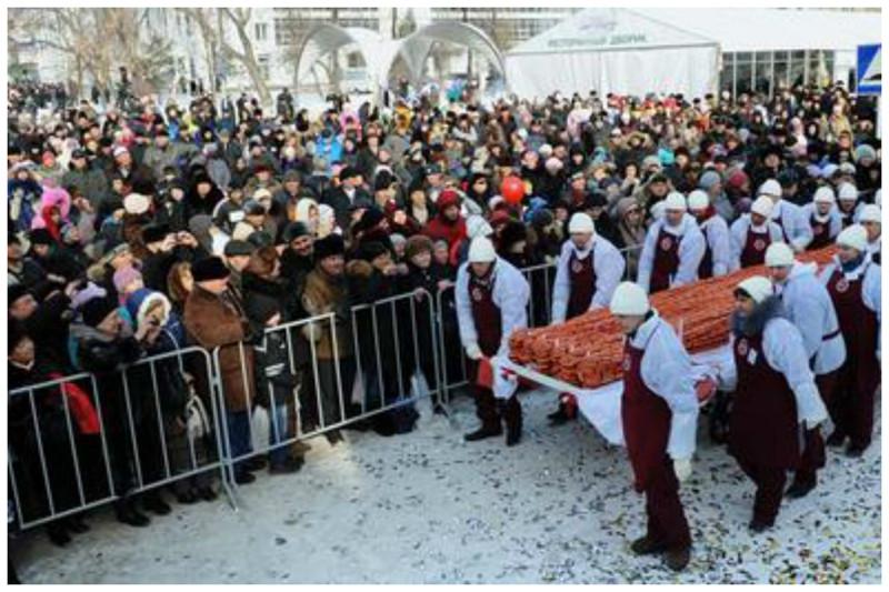 Сосисочная война в Тюмени бесчеловечность, битва, бойня, драки, еда, звери, раздача, халява