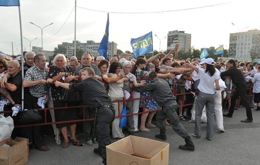Драка за подарки от Жириновского в Новокузнецке бесчеловечность, битва, бойня, драки, еда, звери, раздача, халява