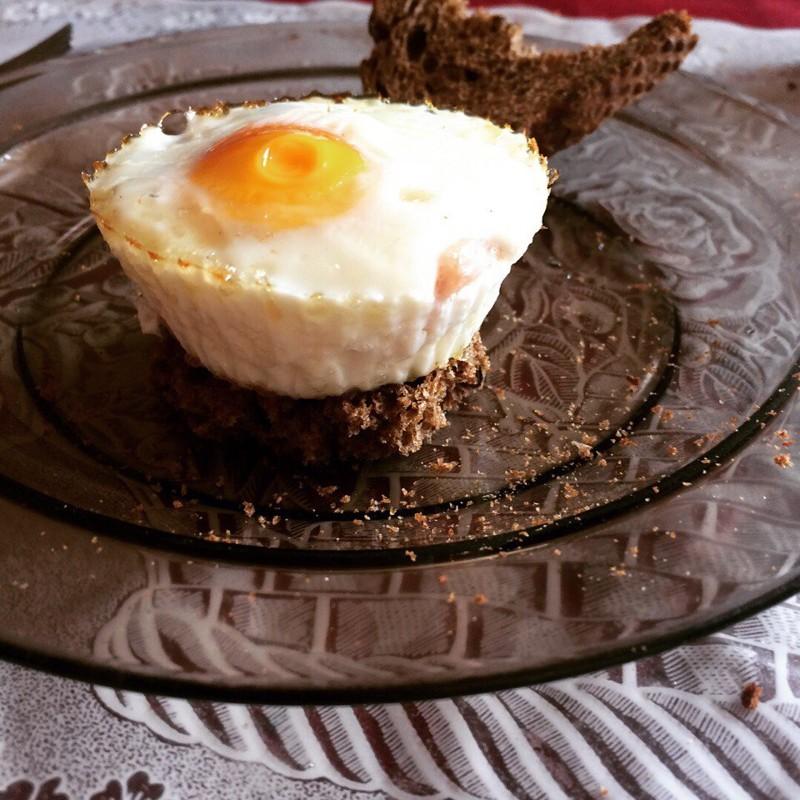 Яйцо с колбаской. 20 руб. В форму кладем колбаски кусочек и заливаем яичком, ставим в духовку блюда, вкусно, дешево, еда, полезно, рецепты, экономия