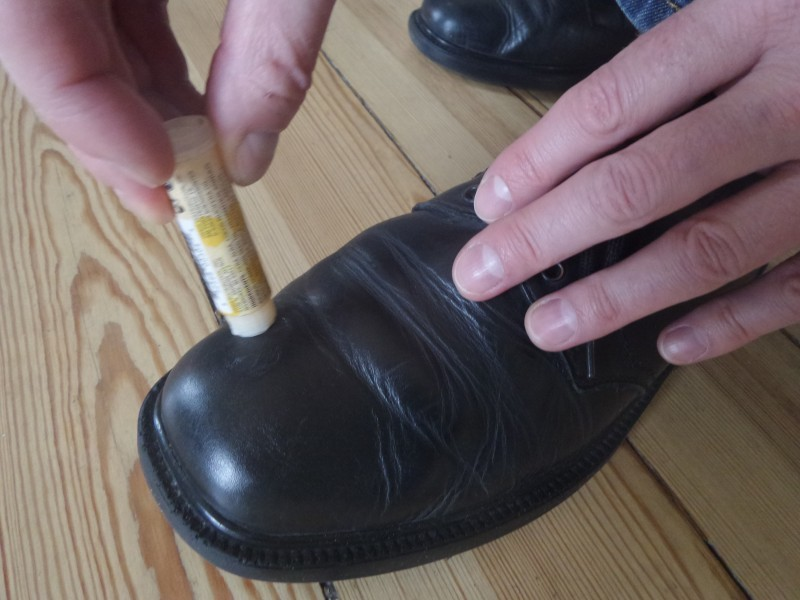 Когда туфли требуют чистки Бытовые удобства, бальзам для губ, гигиеническая губная помада, необычно, необычные идеи, нестандартное использование, новое дело для привычных вещей, полезно