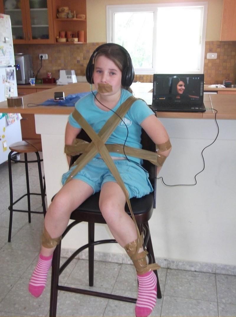 Привязала подругу к стулу — 14