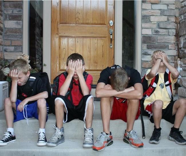 Но некоторые дети выражают настоящее отчаяние. дети, за парту, осень, портфель, родители, снова в школу, учебный год, школа