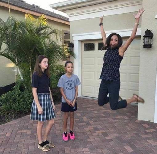 Эти радостные прыжки, кажется, - самая популярная родительская реакция дети, за парту, осень, портфель, родители, снова в школу, учебный год, школа