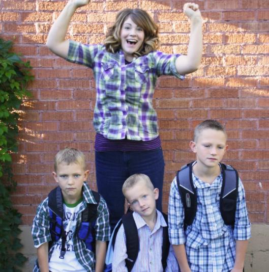 Все лица на этом снимке выглядят довольно искренне - и что-то дети не кажутся слишком счастливыми... дети, за парту, осень, портфель, родители, снова в школу, учебный год, школа