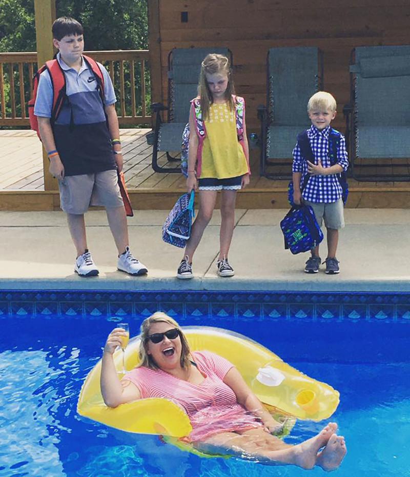 Похоже, мама, наконец, дождалась собственных каникул дети, за парту, осень, портфель, родители, снова в школу, учебный год, школа