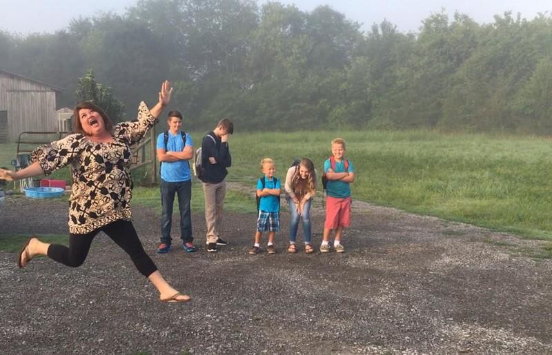 Эта мама в буквальном смысле прыгает от радости дети, за парту, осень, портфель, родители, снова в школу, учебный год, школа