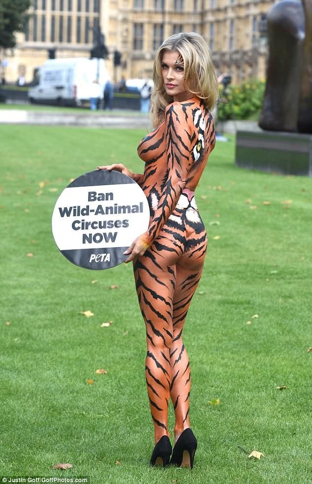 Ни тени смущения - сразу видно, что человек борется за правое дело Активистка, боди-арт, дикие животные, запрет, лондон, модель, тигрица, цирк