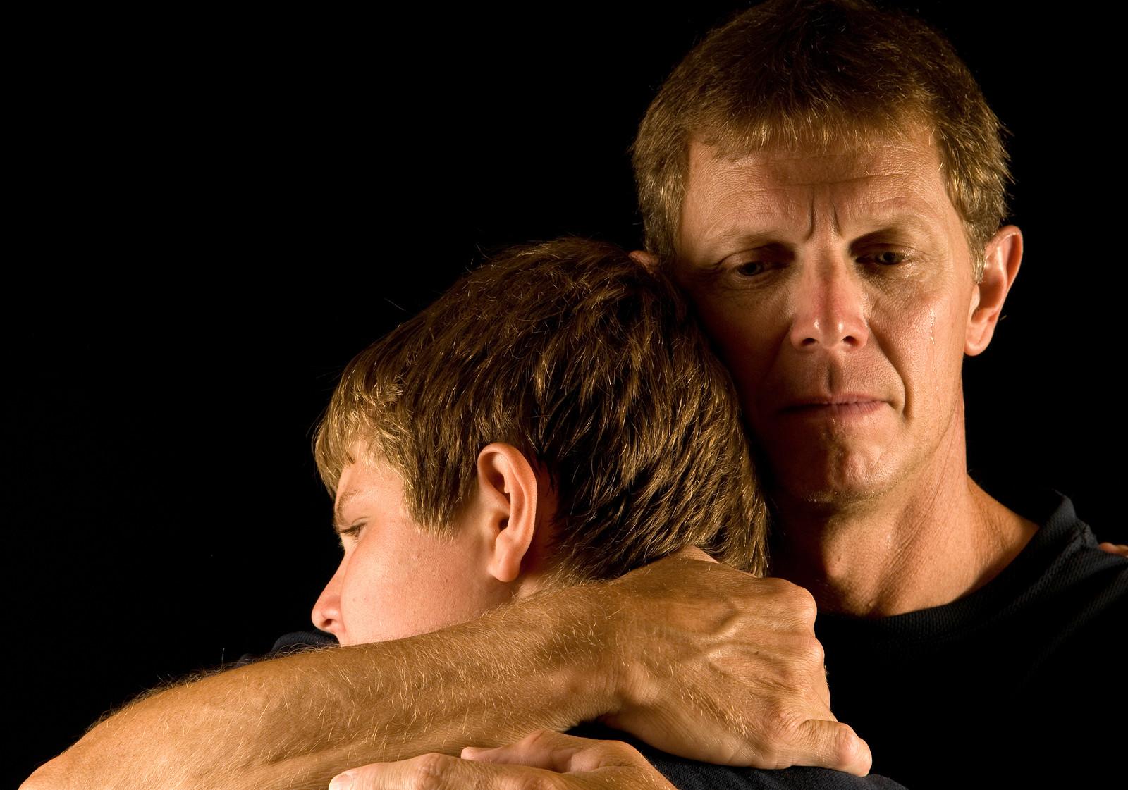 Отец обнимает сына картинки