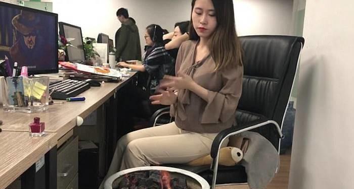 Парень имеет сучку в офисе