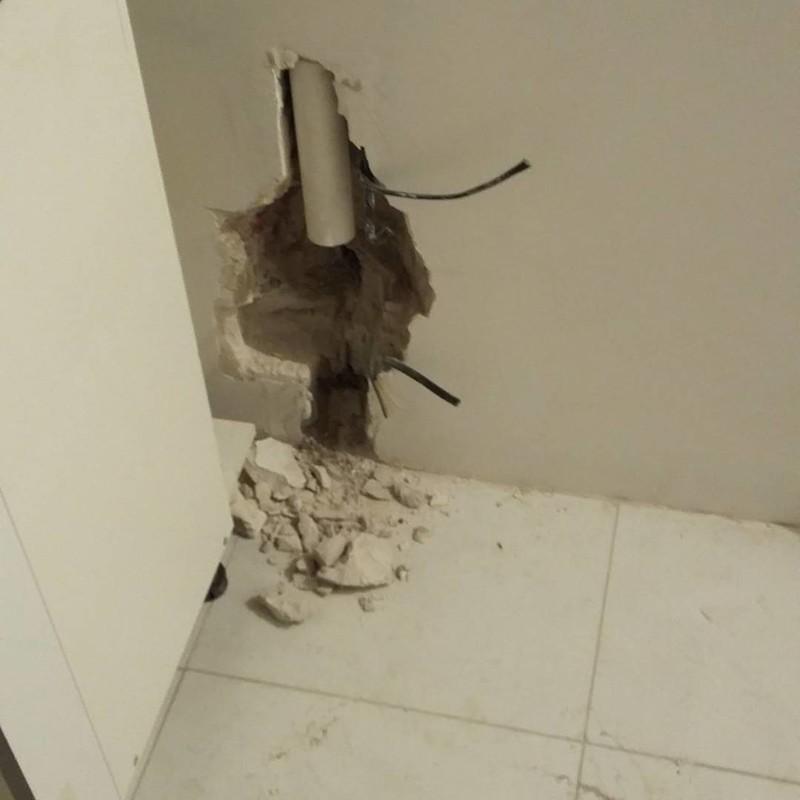 Ничего необычного, просто труба слива в новой сданной квартире жилье, и так сойдет, квартира, новостройка, прикол, ремонт, стройка, юмор