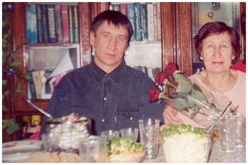 У Чикатило было двое детей - Дочь Людмила 1965 года и сын Юрий 1969 года рождения. О его дочери сведений нет, т.к. она отреклась от отца задолго до его ареста и предъявления ему обвинения.