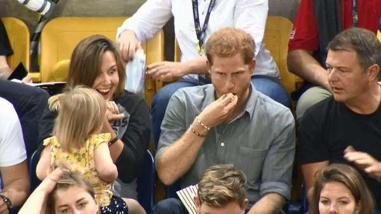 Зато это заметила мама девочки и, кажется, собеседник принца. Но Гарри по-прежнему был безмятежен и продолжал болтать, поедая лакомство воровство, дети, милота, попкорн, прикол, принц, принц гарри, юмор