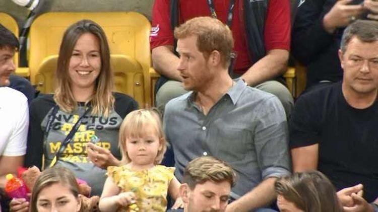 Вскоре Гарри уже увлечённо болтал с родителями девочки, а ей самой стало немного скучно. Ведь таскать чужой попкорн втихаря намного веселее, чем когда тебя угощают официально воровство, дети, милота, попкорн, прикол, принц, принц гарри, юмор