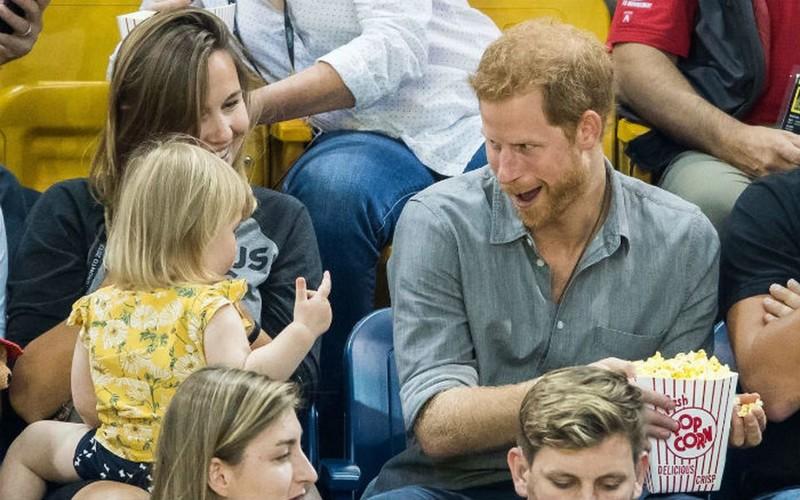 Идеальное преступление: девочка на трибуне ворует попкорн у принца Гарри воровство, дети, милота, попкорн, прикол, принц, принц гарри, юмор