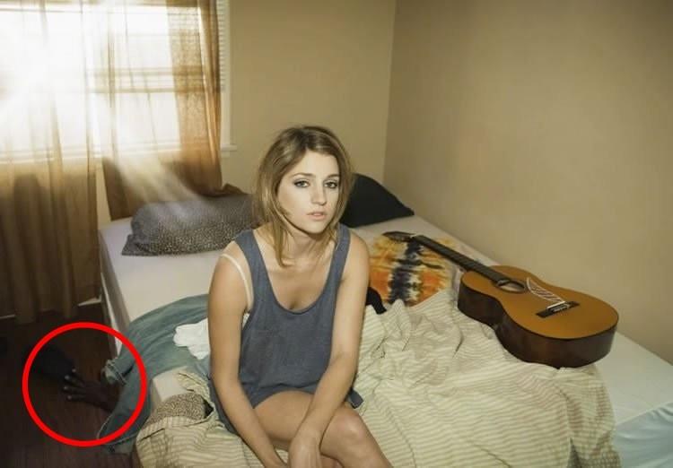 Да-да, слева от женщины можно заметить руку, торчащую из-под кровати! Сложно представить, какие чувства испытал супруг после того, как увидел подобное...