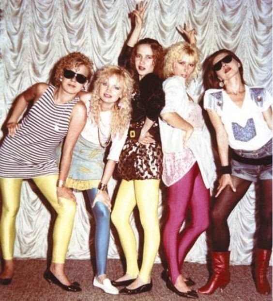 И все нарядились в разноцветные блестящие лосины. Надевали их куда угодно, не только на дискотеку мода, ностальгия, одежда 90-х, перестройка, уродливые вещи