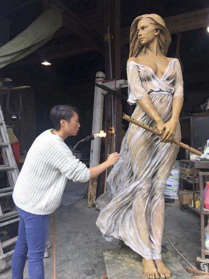 девушка скульптор за работой