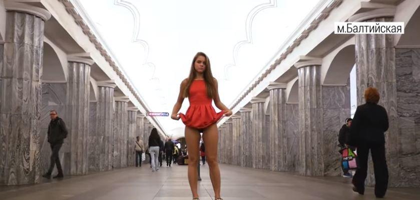 Спальню подруге ролики девушки в легком платье в метро