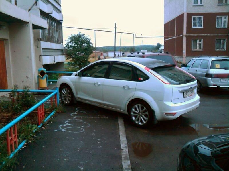 Нарушение правил парковки во дворе дома