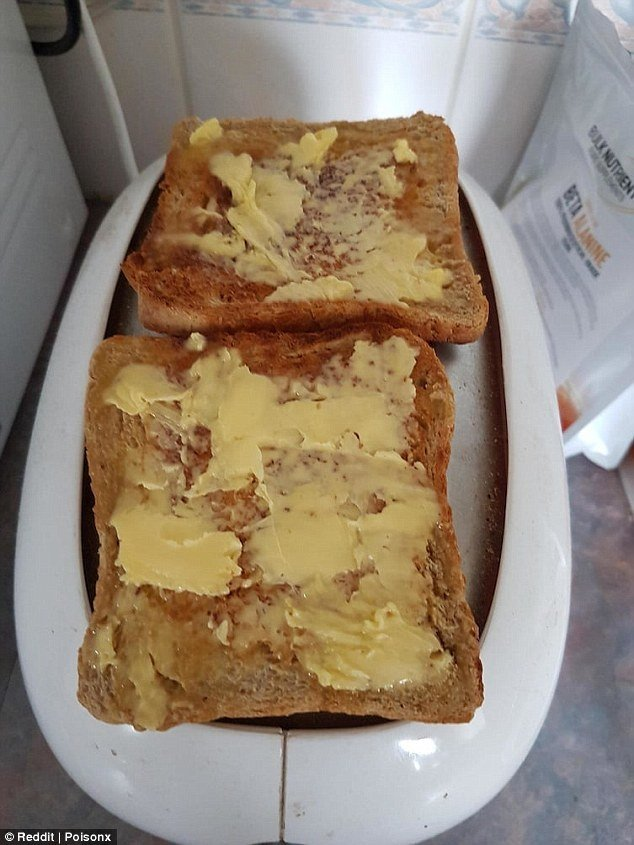Если нужно быстро размягчить сливочное масло для тостов, положите кусочки на готовые тосты и поместите их сверху на тостер, пока он не остыл.  готовка, готовка еды, лайфхаки, на кухне, полезные советы, советы, советы бывалых